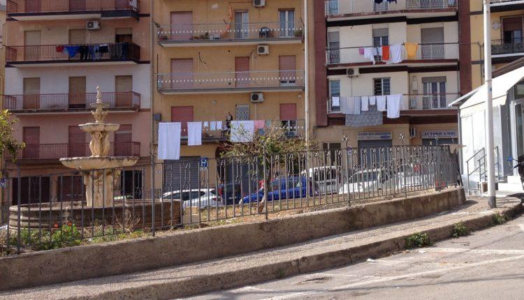 2Termini Imerese fontana in piazza Carlo Alberto Dalla Chiesa libera dal gazebo