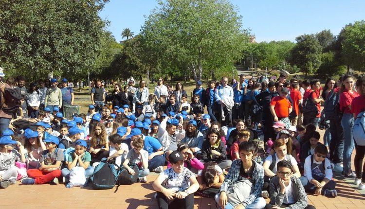 DADO PACE un gruppo di studenti partecipanti all'inaugurazione del dado della pace