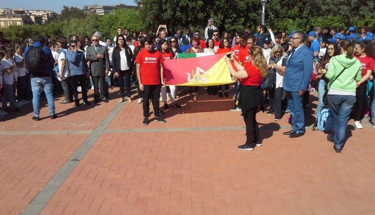 Dado pace i picchetti d'onore con le bandiere di Europa, Italia, Sicilia