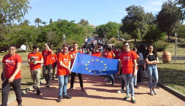 Dado pace il picchetto d'onore con la bandiera europea