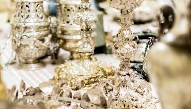 Calici in filigrana d'argento, corona di rose ex-voto, turiboli PH Cetti Lipari