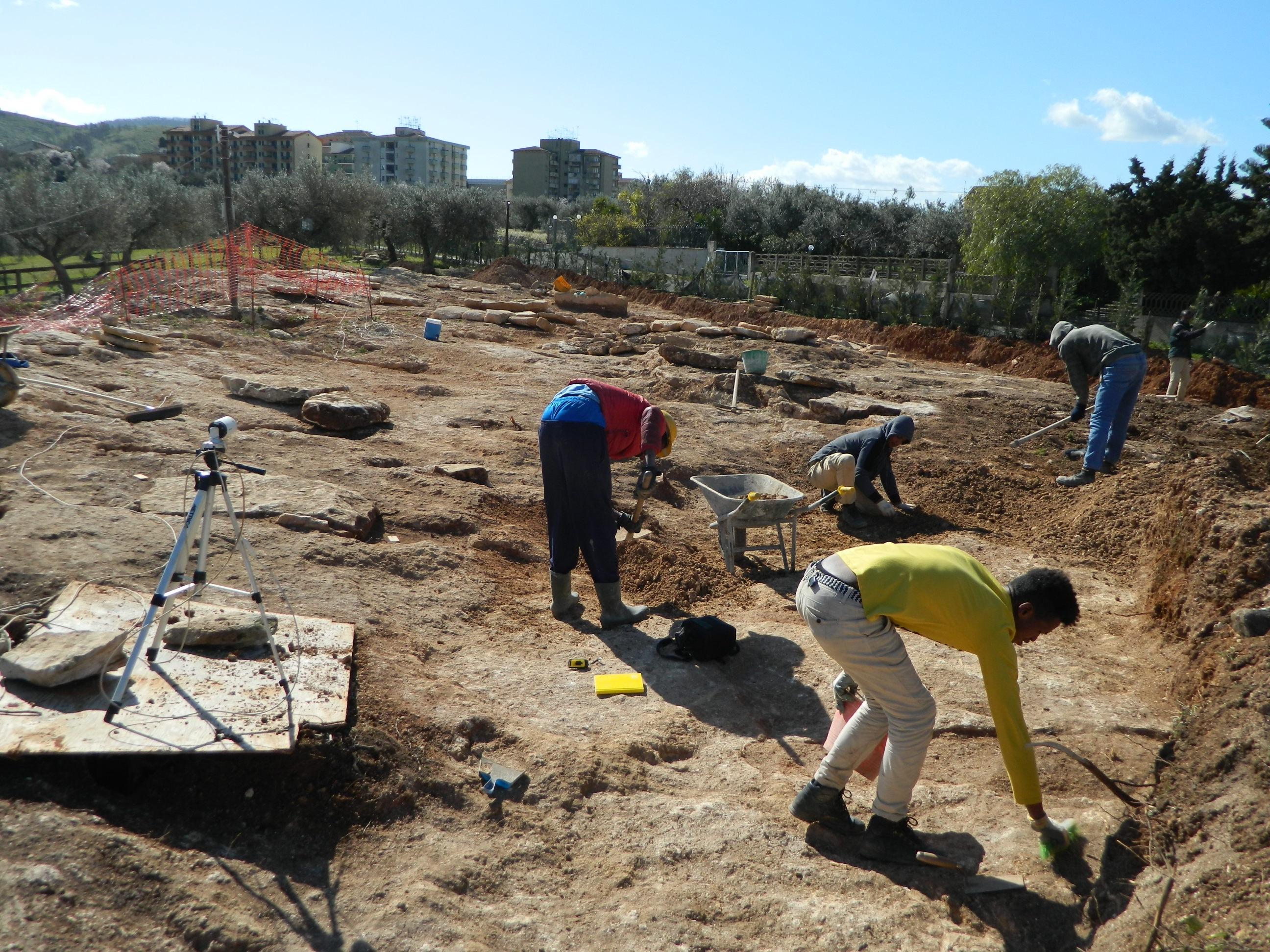 Lavoro A Chiaramonte Gulfi chiaramonte gulfi (rg): scoperta necropoli, allo scavo