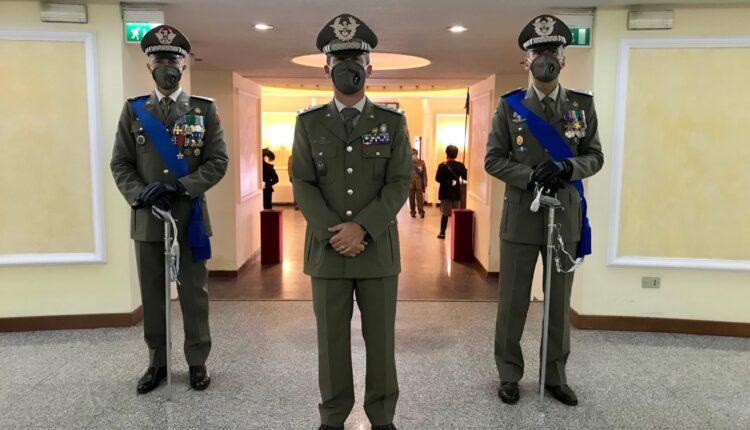 5. Il generale Terzano fa ingresso sul luogo della cerimonia accompaganto dal comandante cedente e subentrante dell'Aosta