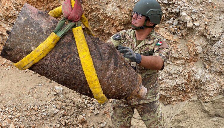 Bonifica Esercito ordigno Palermo 2020 _ posizionamento della bomba privata della spoletta nella buca in cui verra' fatta esplodere