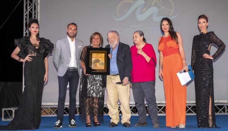Maria Letizia Di Liberti e sindaco Clara Rametta consegnano premio ad Avati