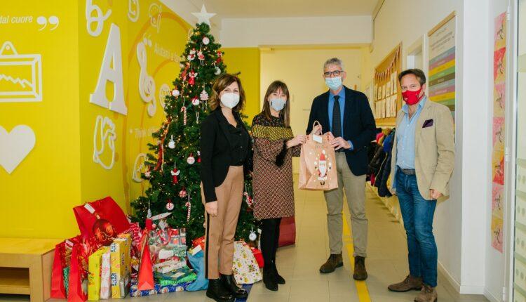 foto 4 – visita sindaco Cassì – la consegna dei doni della Fabbrica di Babbo Natale