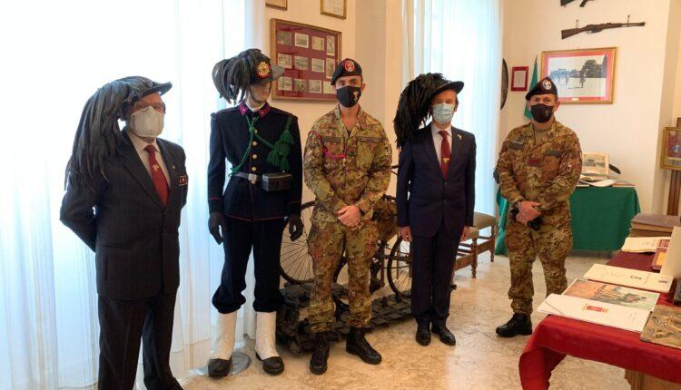Il colonnello Nola, il Sottufficiale di Corpo e i rappresentanti dell'Associzione Nazionale Bersaglieri