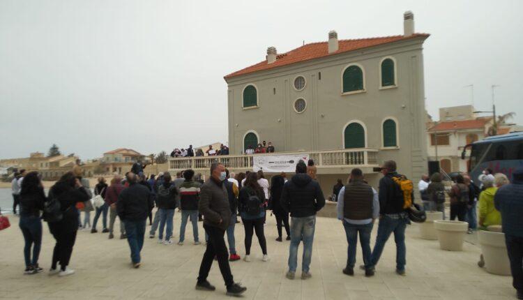 flash mob Punta Secca – manifestazione davanti alla casa di Montalbano