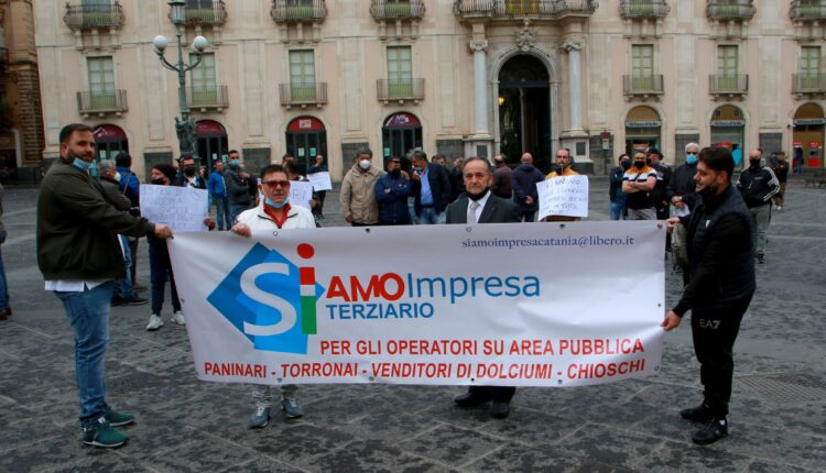 Protesta degli operatori dei mercatini rionali oggi pomeriggio in piazza Università a Catania (1)
