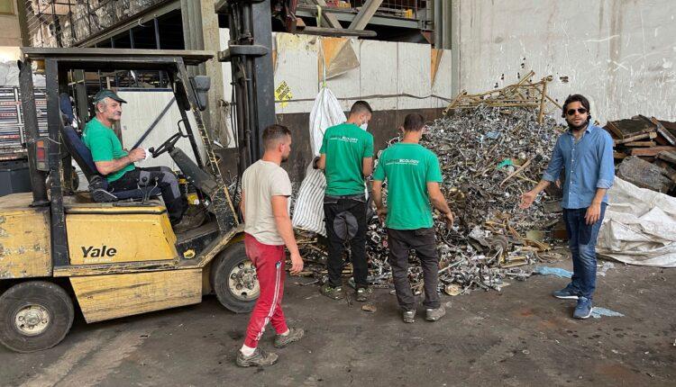 Fabio Piccione con alcuni operai durante lo smaltimento