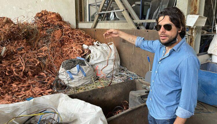 Fabio Piccione tiene in mano fili di rame da riciclare