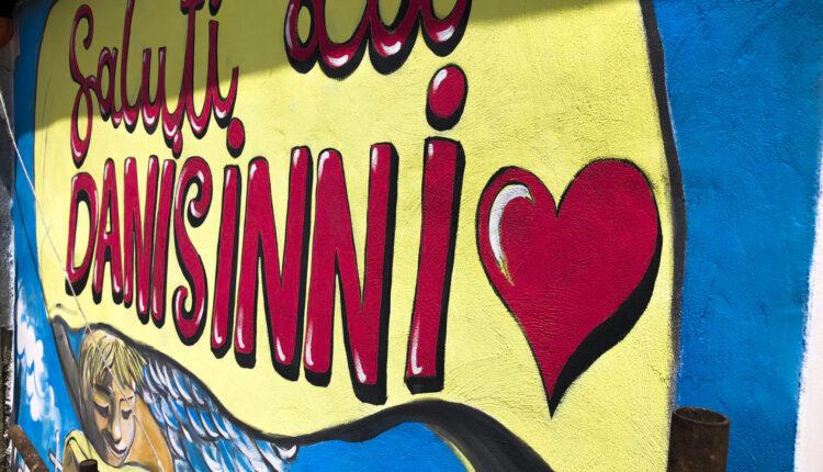 Saluti da Danisinni – particolare Strumenti di pace, Giambaccio, Danisinni