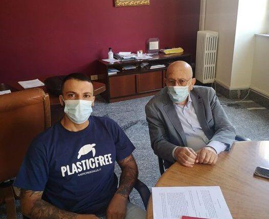 Giuseppe Germanà di Plastic free con il sidnaco Firrarello(2)