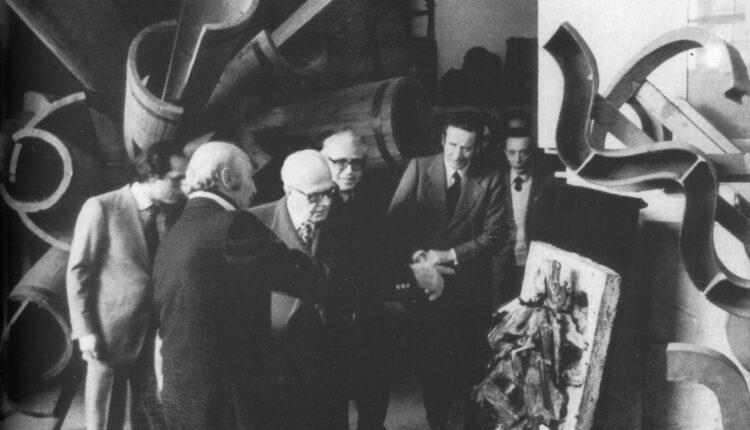 Umberto Mastroianni, nello studio di Marino con il Presidente Pertini