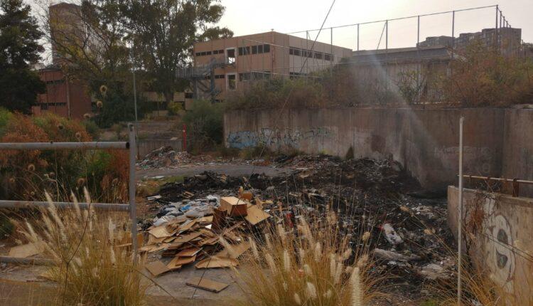 ex scuola brancati circondata dai rifiuti