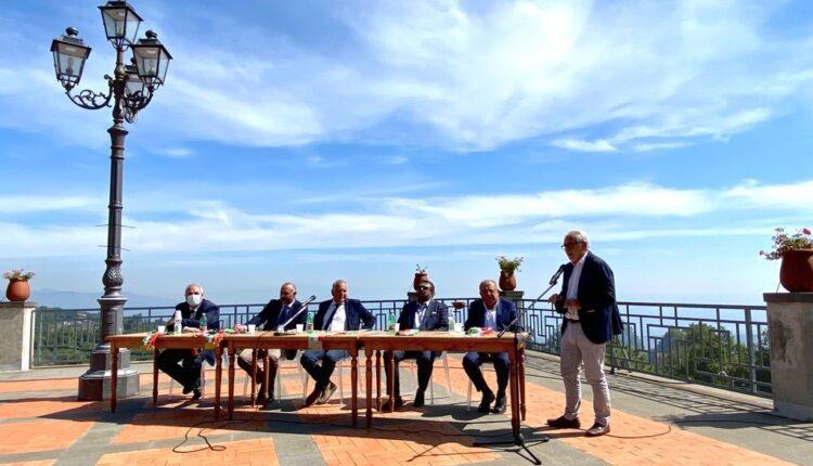02, Sindaci vulcanici a Milo, sx D'Anna, Russo, Cosentino, Greco e Nicotra, in piedi Renato Maugeri (produttore agrumicolo) 150921