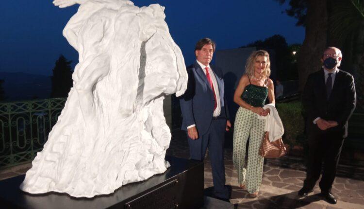 Giovanni Leonarfdo Damigella, Elena Mutinelli, Sebastiano Gurrieri accanto alla scultura Manifesto Principio