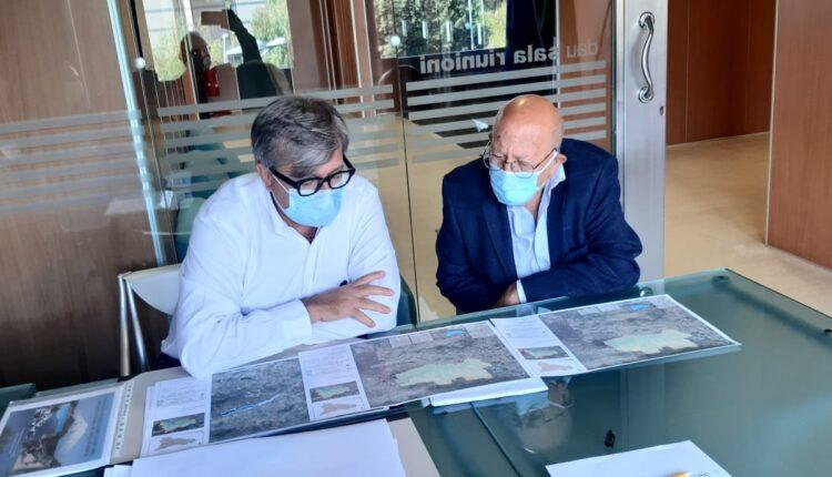 Il prof Foti e Firrarello guardano le mappe della nuova Diga di Bolo