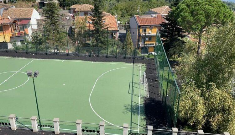 MILO, il campo di calcio con la cenere dell'Etna ai lati