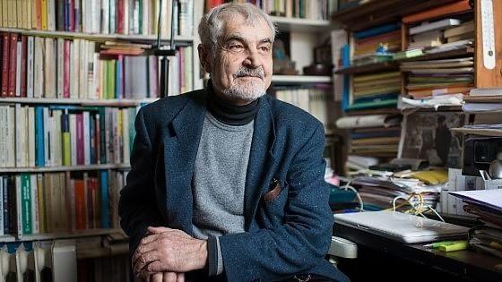 Serge Latouche, il filosofo francese nel suo studio di Parigi
