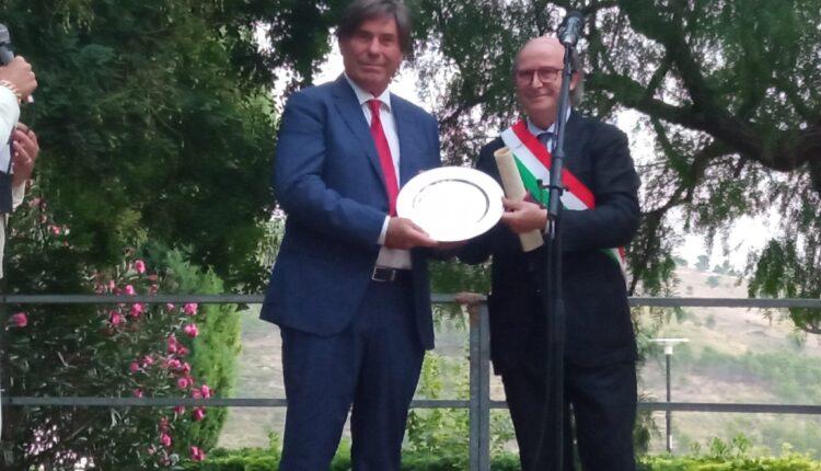 il sindaco Sebastiano Gurrieri consegna la cittadinanza onoraria a Giovanni Leonardo Damigella