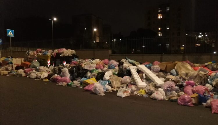 via XXXI maggio e via Nervesa della Battaglia letteralmente sommerse dai rifiuti (1)